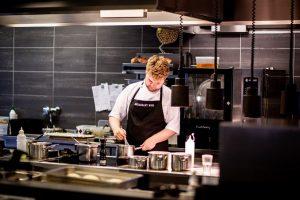 Idei de comunicare online pentru restaurante - show de gatit