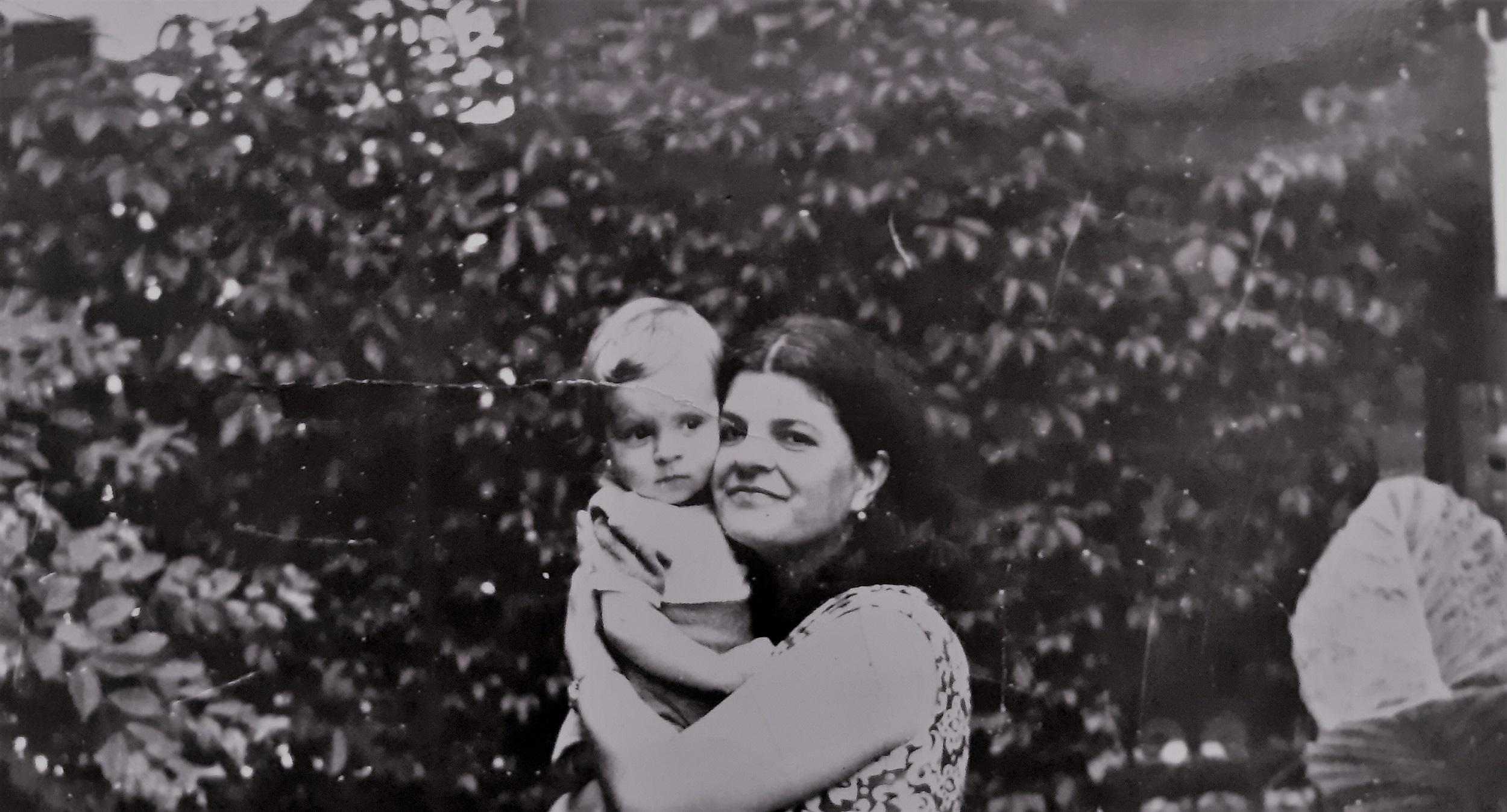 Îmbrățișări pentru mama